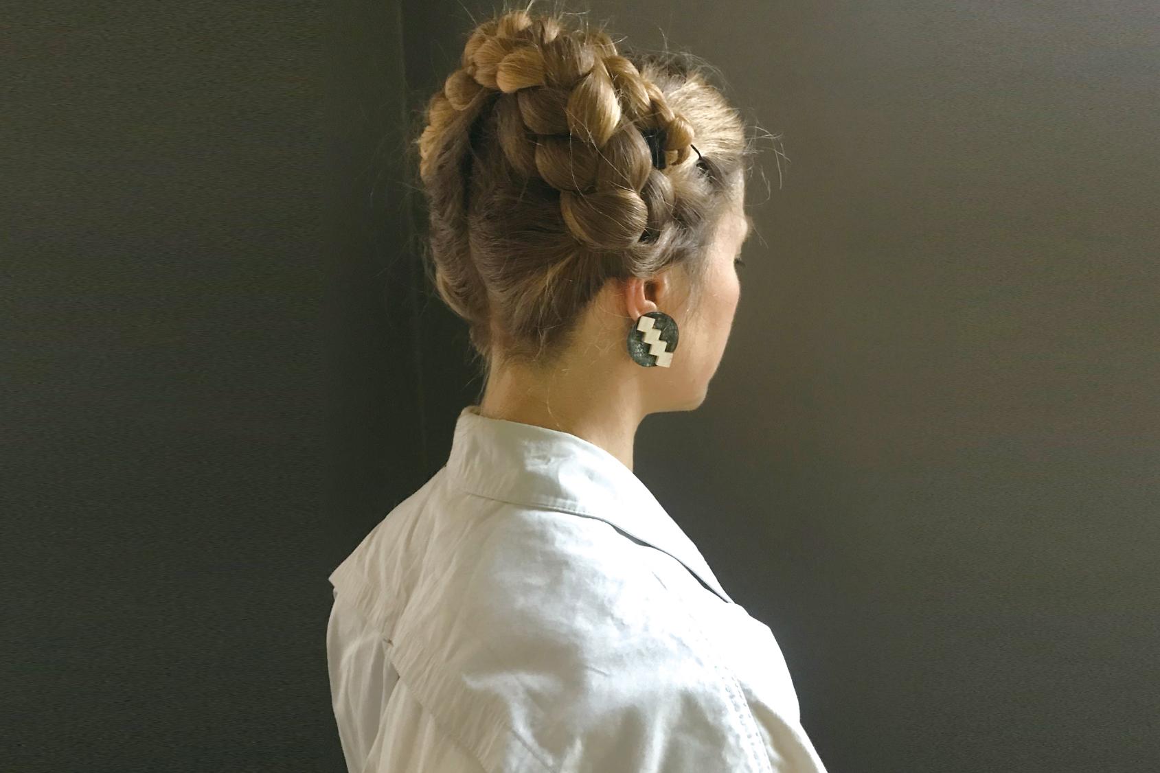 A women is wearing mimiphis